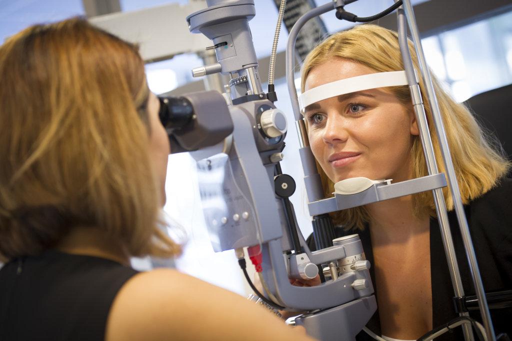 U kunt oogklachten laten onderzoeken bij de optometrist